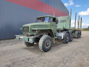 camião de transporte de madeira URAL
